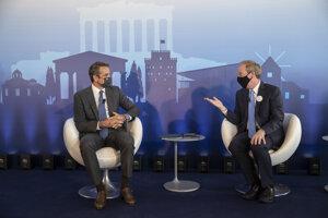 Grécky premiér Kyriakos Mitsotakis (vľavo) a prezident Microsoftu Brad Smith.