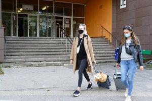 študentky počas odchodu z internátov Žilinskej univerzity v Žiline do domácej karantény.