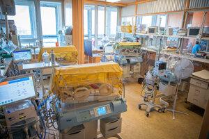 Miestnosť so štyrmi inkubátormi, kde nie je priestoru nazvyš.