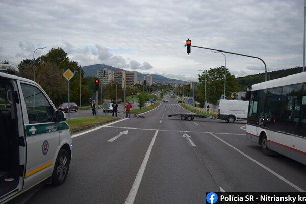 Opitý cyklista nezvládol riadenie a narazil do auta.
