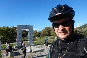Kanadský chargé d'affaires John von Kaufmann na cyklistickom výlete k hradu Devín v Bratislave.