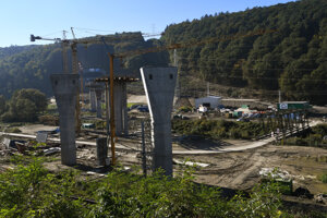 Pred budúcim vyústením tunela z Bikoša už rastú piliere premostenia cez Torysu.