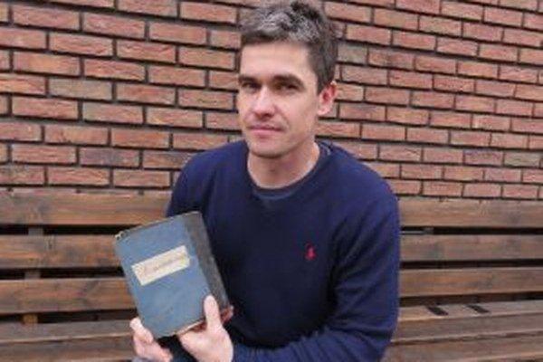 Miroslav Ábel s listami z vojny od svojho pradedka, ktoré našiel presne po sto rokoch.
