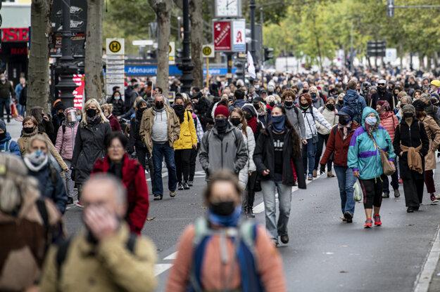 Účastníci demonštrácie kráčajú v uliciach Berlína