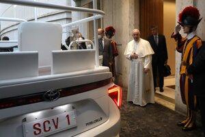 Pápež František sa prišiel pozrieť na svoj vodíkový papamobil.