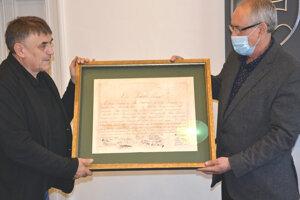 Zrenovovanú zakladaciu listinu prevzal primátor Levíc Ján Krtík.