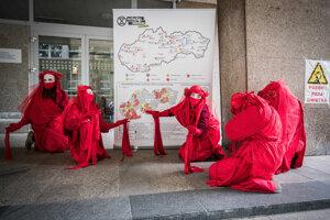 Aktivisti klimatických iniciatív pred ministerstvom pôdohospodárstva v rámci spoločnej protestnej aktivity k téme ochrany klímy - Climate Care Uprising.