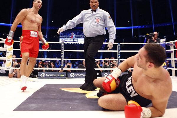 Bulharský boxer Kubrat Pulev (na zemi) v zápase s Vladimirom Kličkom.