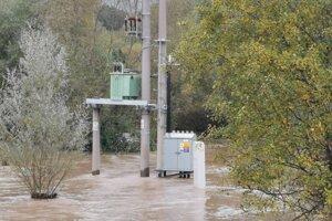 Trafostanica školy, odoláva veľkej vode.