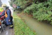 Na hlavnom cestnom ťahu 1/11 pred Kysuckým Lieskovcom museli hasiči odčerpávať vodu.