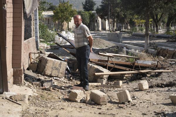 Muž pri troskách svojho domu po azerbajdžanskom ostreľovaní.