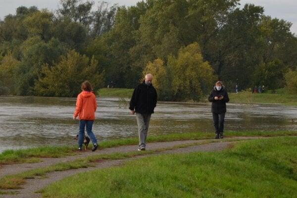 Na vyliatu rieku sa dopoludnia prišli pozrieť aj obyvatelia neďalekých činžiakov. Všetci dúfajú, že počas najbližších hodín k výraznejšiemu lejaku nedôjde.