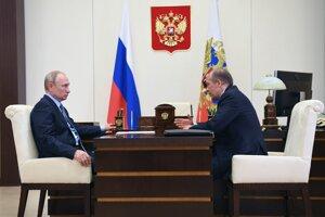 Ruský prezident Vladimir Putin (vľavo) a šéf ruskej Federálnej bezpečnostnej služby Alexander Bortnikov počas stretnutia v prezidentskej rezidencii Novo Ogarjovo pri Moskve v Rusku 16. júna 2020.