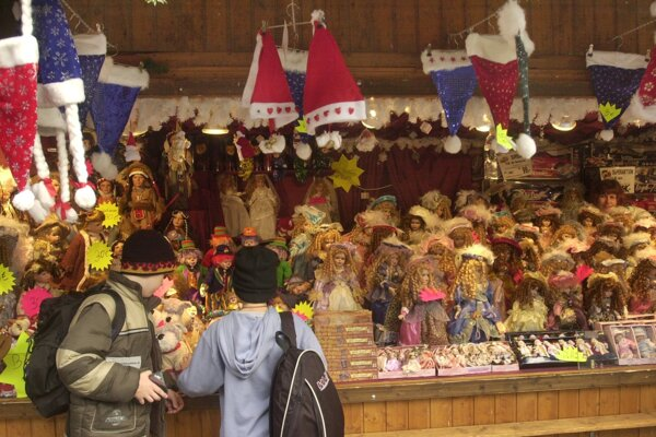 Vianočný trh pred radnicou vo Viedni.