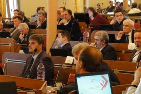 Poslanci trvajú na tom, aby kraj pokračoval v súdnych sporoch.