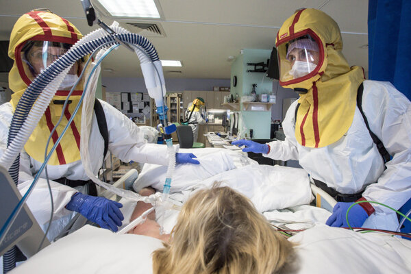 Napriek snahe lekárov sa počet obetí koronavírusu zvyšuje.