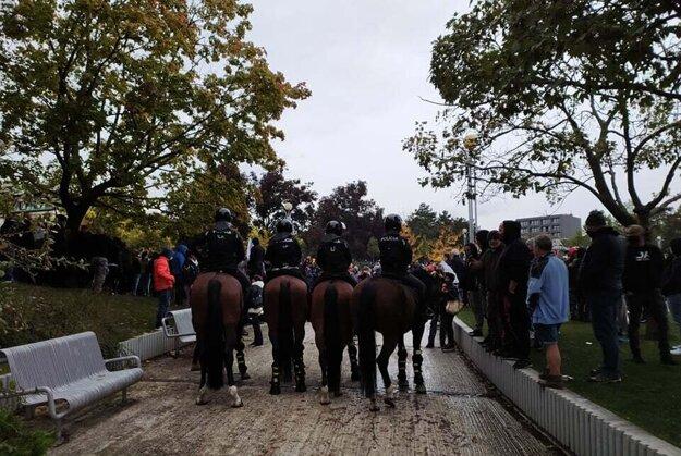 Na mieste je aj jazdecká polícia.