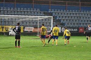 Rozhodujúci moment zápasu. Zsolt Kalmár (vpravo) strieľa z penalty víťazný gól DAC.