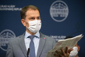 Igor Matovič drží v ruke príbalový leták k testu na koronavírus.