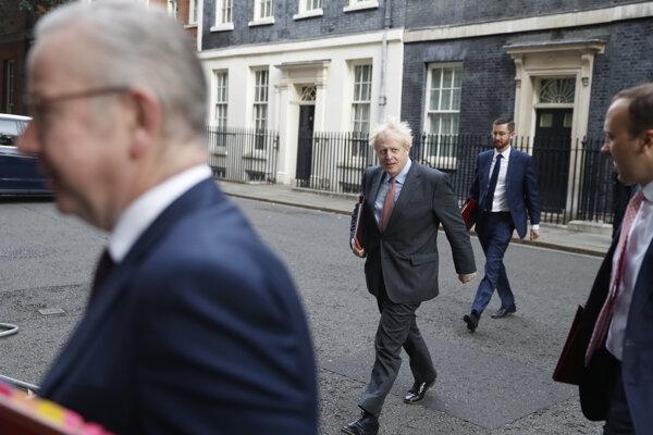 Britský premiér Boris Johnson a Michael Gove (v popredí).