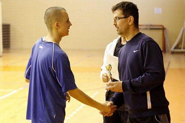 Tréner hostiteľov z Lapáša Tomáš Snop blahoželá Jakubovi Blažimu, kapitánovi víťaznej Ivanky.