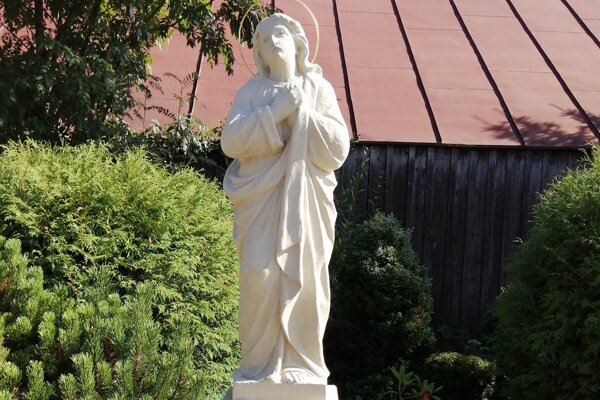 Socha Jána Evanjelistu z umelého kameňa.