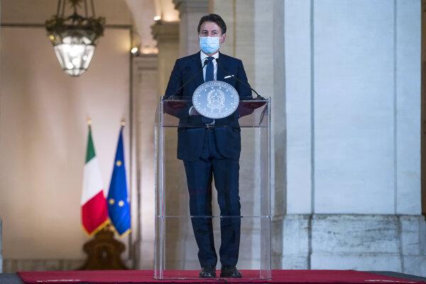 Taliansky premiér Giuseppe Conte počas stretnutia s novinármi v Ríme v nedeľu 18. októbra 2020.