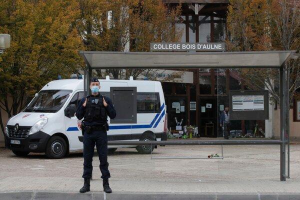 Polícia stráži školu v Conflans-Sainte-Honorine neďaleko Paríža.