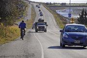 Autá opúšťajú Homer Spit po tom, ako bol pre cunami vydaný príkaz na evakuáciu nižšie položených miest. Homer, Aljaška, 19.10.2020