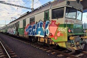 Staré vlaky jazdiace medzi Prešovom a Lipanmi sú hanbou východného Slovenska, ľudia v nich cestujú s odporom a právom sa sťažujú.