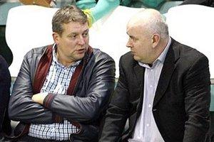 Predseda TJ Slovan Čeľadice Martin Hamada (vľavo, v debate s predsedom ObFZ Nitra Štefanom Kormanom) je prekvapený hlavne z odchodu Michala Kováča.