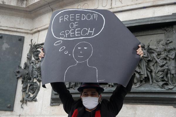 """Karikatúry z časopisu Charlie Hebdo ukazoval Samuel Paty študentom na prednáške venovanej slobode slova. Na snímke demonštrant držiaci plagát s nápisom """"sloboda slova""""."""