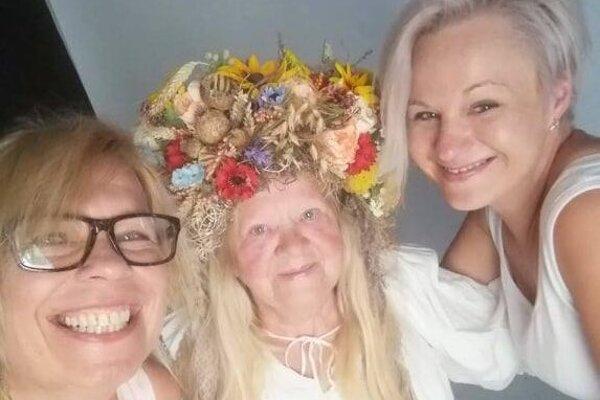 Ivana Jackuliaková (vľavo), Petra Rapčanová (vpravo) a ich kúzelná babička Elenka Stahová.