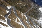 Cyklisti v horách počas 18. etapy na Giro d'Italia 2020.