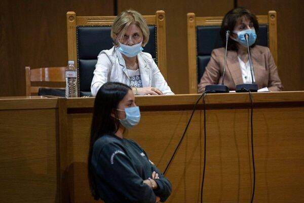 Žalobkyňa v procese s členmi gréckej neonacistickej strany Zlatý úsvit Adamantia Ikonomová (vľavo hore).