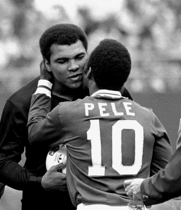 Na archívnej snímke z 1. októbra 1977 futbalista Pelé a americký boxer Muhammad Ali pred exhibičným zápasom New York Cosmos - FC Santos v East Rutherforde. Po tomto zápase sa Pelé s aktívnym futbalom definitívne rozlúčil.