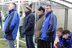 Pohľad na šaliansku lavičku počas sobotňajšieho zápasu s DAC-om. Ladislav Molnár stojí celkom vľavo.