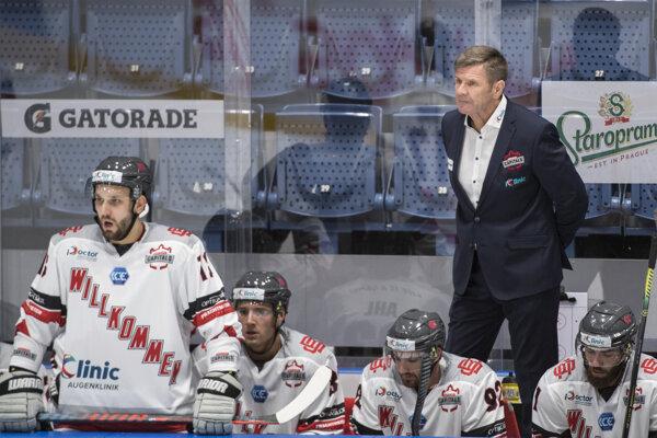 Hokejisti Bratislava Capitals a tréner Rostislav Čada.