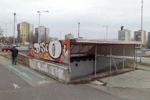 V podchode na Hviezdoslavovej ulici bol diskotékový klub. Zavreli ho.