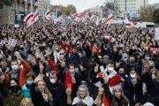 Ľudia vykrikujú počas pokračujúcich opozičných protestov za odstúpenie bieloruského prezidenta Alexandra Lukašenka v Minsku v nedeľu 25. októbra 2020. Protestu sa zúčastnilo viac ako 100-tisíc ľudí a to i napriek masívnej prítomnosti vojakov a policajtov, informovala agentúra DPA.