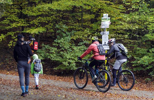 Ĺudia využívajú možnosť pobytu v prírode v areáli lesoparku na Kolibe.
