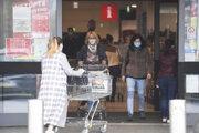 Ľudia vstupujú do obchodu v Bardejove 24. októbra.