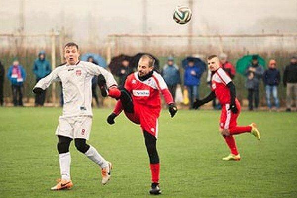 Zo zápasu FC ViOn - Rimavská Sobota zľava hosťujúci Čery, Pavlenda a Mazan.