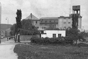 Dnes už zaniknuté technické zaujímavosti Bratislavy - čerpacia stanica BZ, neskôr Benzinol a v pozadí už asanovaný mlyn Jedla.