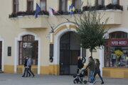 Od soboty platí na Slovensku zákaz vychádzania. Aj úrad zostáva pre verejnosť zatvorený. Komunikácia sobčanmi od pondelka prebieha výlučne telefonicky alebo elektronicky.