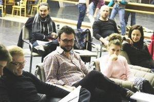 Záber z čítačky predstavenia Cyrano z Bergeracu. Režisérom je Lukáš Brutovský (v strede).