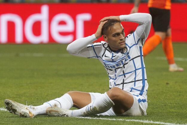 Argentínsky útočník Lautaro Martinez reaguje po nepremenenej šanci.
