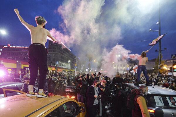 Aktivistky za práva rozhnevaných žien a ich stúpenci blokujú rušnú premávku na hlavnom ťahu počas piateho dňa národných protestov proti poľskému zákonu o interrupciách vo Varšave 26. októbra 2020.