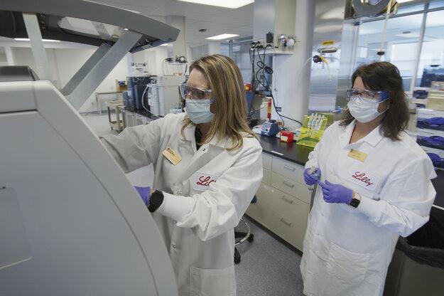 Výskumníčky v spoločnosti Eli Lilly v Indianapolise testujú experimentálny liek na Covid-19.
