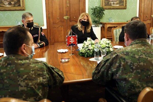 Čaputová na stretnutí s náčelníkom generálneho štábu Zmekom.